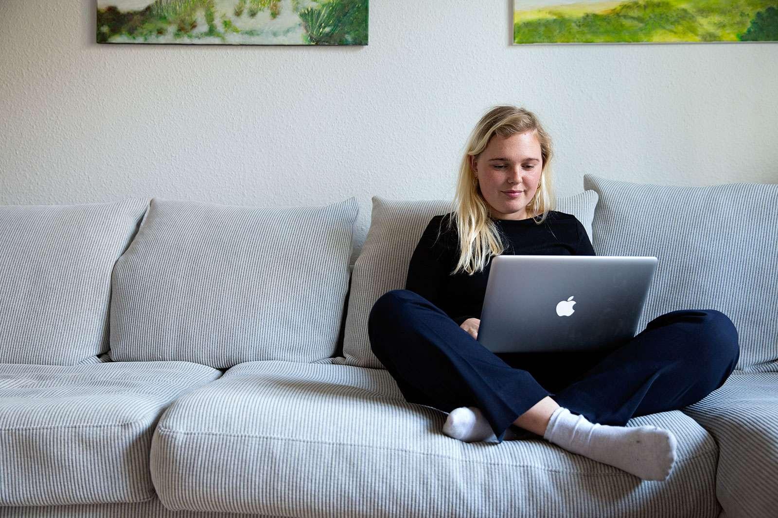 Ung kvinde modtager Skype-terapi