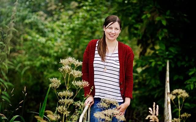 Sara står i en grn have