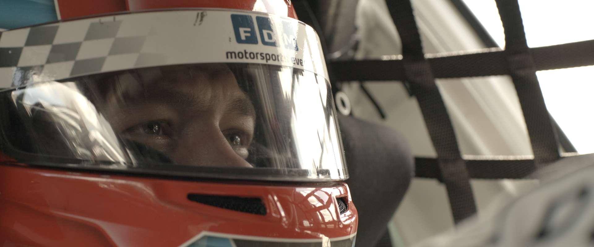 Stillbillede fra Natsværmer med Kasper i racerbil